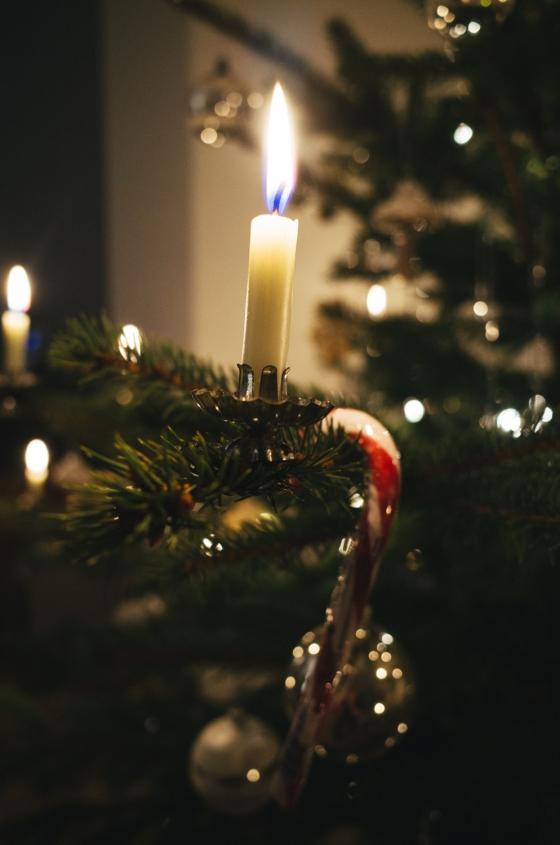 Weihnachtsbaum und Kerzenlicht